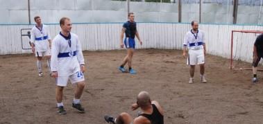 Болельщики «Динамо» сыграли в футбол за забором исправительного учреждения.